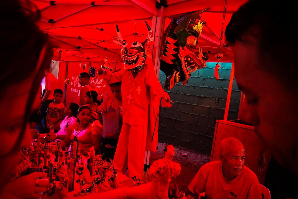"""Los Diablos danzantes de Yare son una festividad religiosa que se celebra en San Francisco de Yare, Estado Miranda (Venezuela), el día de Corpus Christi, llevada a cabo por las """"Sociedades del Santísimo""""..Su origen se remonta al Siglo XVIII, siendo esta la hermandad más antigua del continente Americano. La fraternidad de diablos esta dividida en un orden jerárquico, representado en sus máscaras. 11 de junio del 2009. (Aaron Sosa / Orinoquiaphoto)"""