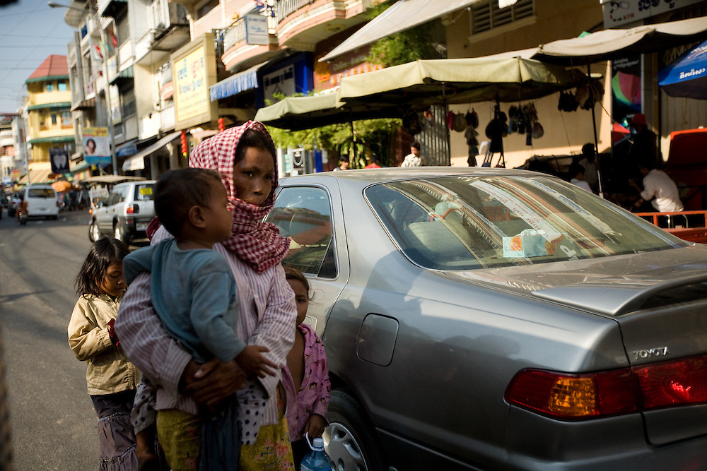 a woman with kids in the streets of Pnomh Penh, Cambodia