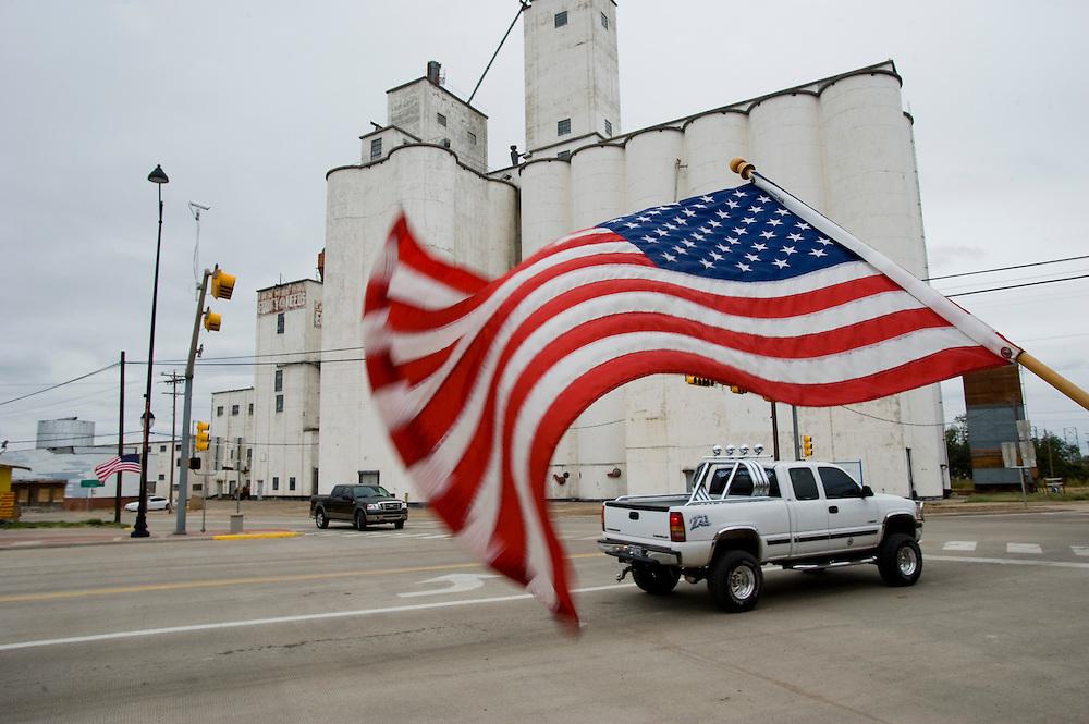 Getreidesilo, das Wahrzeichen der Stadt. Die Main Street wird an Feiertagen mit amerikanischen Flaggen geschmueckt...Republikaner-Hochburg Perryton, Texas. ..© Stefan Falke