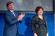 Koning reikt Erasmusprijs 2017 uit aan Michèle Lamont in het Koninklijk Paleis op de dam. De Erasmusprijs heeft dit jaar als thema Kennis, Macht en Diversiteit.<br /> <br /> King awards Erasmus Prize 2017 to Michèle Lamont at the Royal Palace on the dam. The Erasmus Prize has this year the theme Knowledge, Power and Diversity.<br /> <br /> Op de foto / On the Photo:  Koning reikt Erasmusprijs 2017 uit aan Michele Lamont / ing awards Erasmus Prize 2017 to Michele Lamont