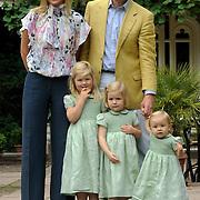 NLD/Wassenaar/20080711 - Prins Willem-Alexander en prinses Maxima nemen samen met dochters prinses Ariane, prinses Amalia en prinses Alexia deel aan de fotosessie op Landgoed de Horsten in Wassenaar