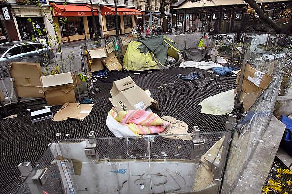Frankrijk, Parijs, 28-3-2010Op een groot afgeschermd rooster van de metro hebben daklozen hun slaapplaats ingericht..Foto: Flip Franssen/Hollandse Hoogte
