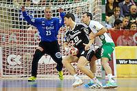 Marcus Ahlm (THW) am Ball gegen rechts Drasko Mrvaljevic (FAG) am Kreis