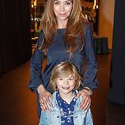 NLD/Hilversum/20160423 - Première Wonder School LIVE, Marielle Bastiaansen en zoon Willem