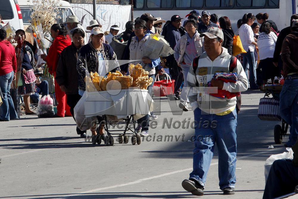 TOLUCA, México.- Miles de personas acuden todos los viernes al Mercado de Palmillas en donde se oferta ropa, verduras, comida, aparatos electrónicos entre otros productos a muy bajos precios, como una forma de ayudar a la economía familiar. Agencia MVT / Crisanta Espinosa. (DIGITAL)