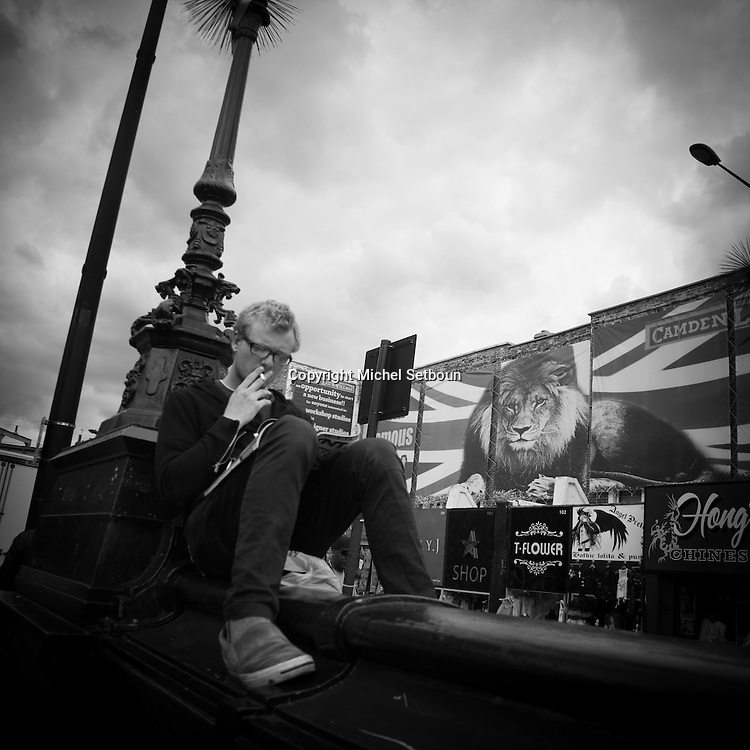 London. UK  people in in Camden town market / les visiteurs et les touristes, marche de Camden town