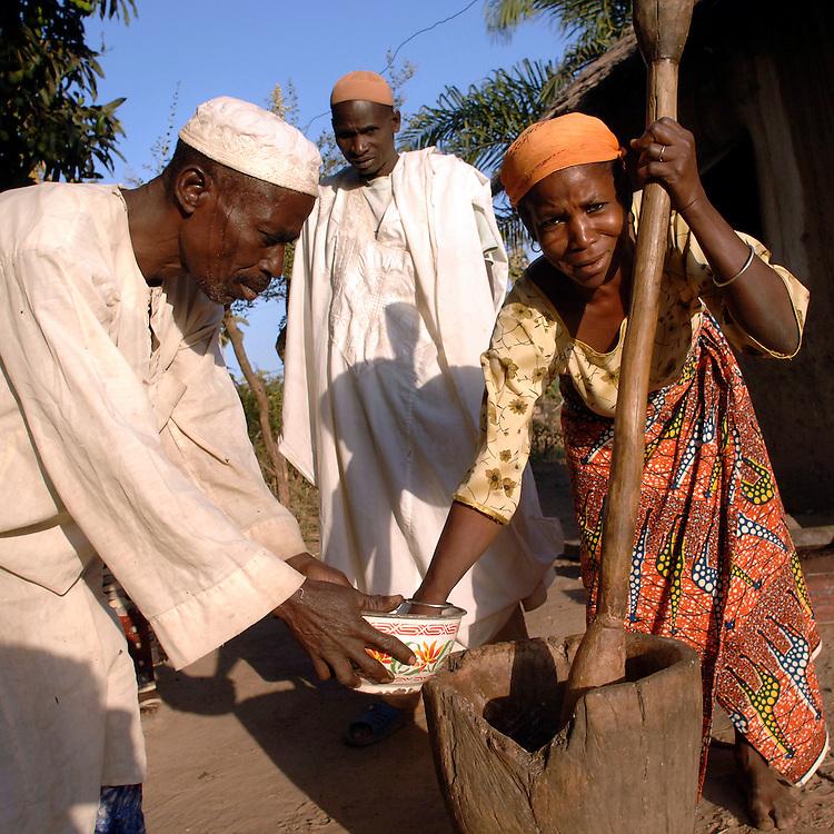Djougou November 2006 - Beninese grind millet using a pestle and mortar in Djougou, Benin © Jean-Michel Clajot