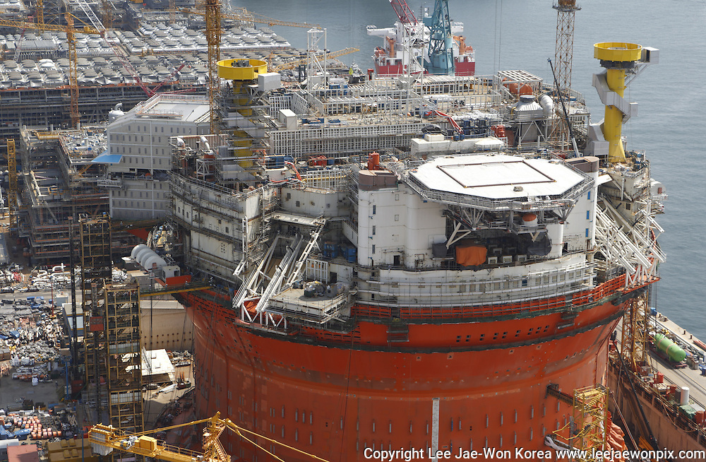 A FPSO (floating production storage & offloading) facility is seen under construction at shipyard of Hyundai Heavy Industries in Ulsan, about 410 km (255 miles) southeast of Seoul June 28, 2013. /Lee Jae-Won