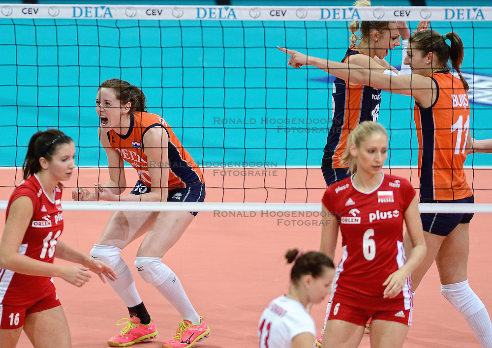 01-10-2015 NED: Volleyball European Championship Nederland - Polen, Apeldoorn<br /> Kwart finale, Nederland pakt de eerste set / Lonneke Sloetjes #10, Anne Buijs #11