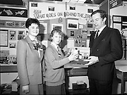 05/01/1989.01/05/1989.5th January 1989.The Aer Lingus Young Scientist of the Year Award at the RDS, Dublin ..Picture shows Michael Smith, T.D., Minister for Energy with a pupil (unkown) and her project 'What Goes on Behind the Trees.' Louise Curran of Aer Lingus is also in picture.