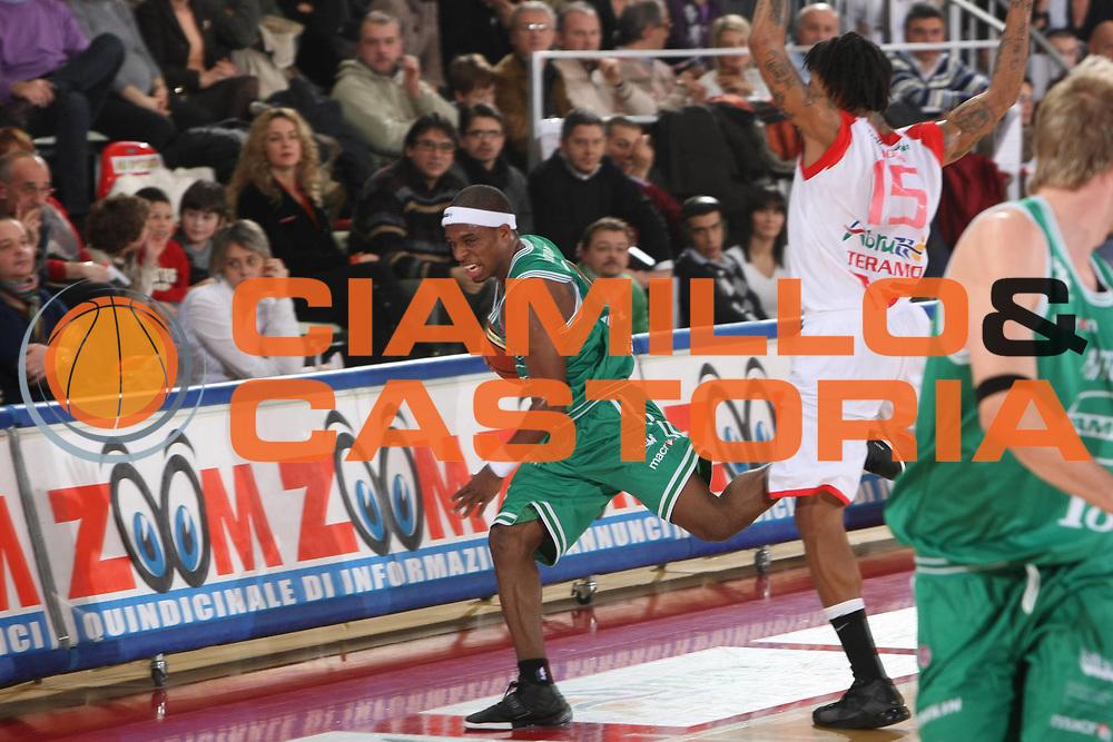 DESCRIZIONE : Teramo Lega A1 2008-09 Bancatercas Teramo Benetton Treviso<br /> GIOCATORE : Bobby Dixon<br /> SQUADRA : Benetton Treviso<br /> EVENTO : Campionato Lega A1 2008-2009<br /> GARA : Bancatercas Teramo Benetton Treviso<br /> DATA : 10/01/2009<br /> CATEGORIA : Equilibrio <br /> SPORT : Pallacanestro<br /> AUTORE : Agenzia Ciamillo-Castoria/C.De Massis