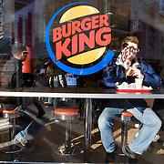 Nederland Rotterdam 21-03-2009 20090321Foto: David Rozing ..Jongen eet hamburger bij Burger king Boy eating hamburger at Burger King ..Foto: David Rozing