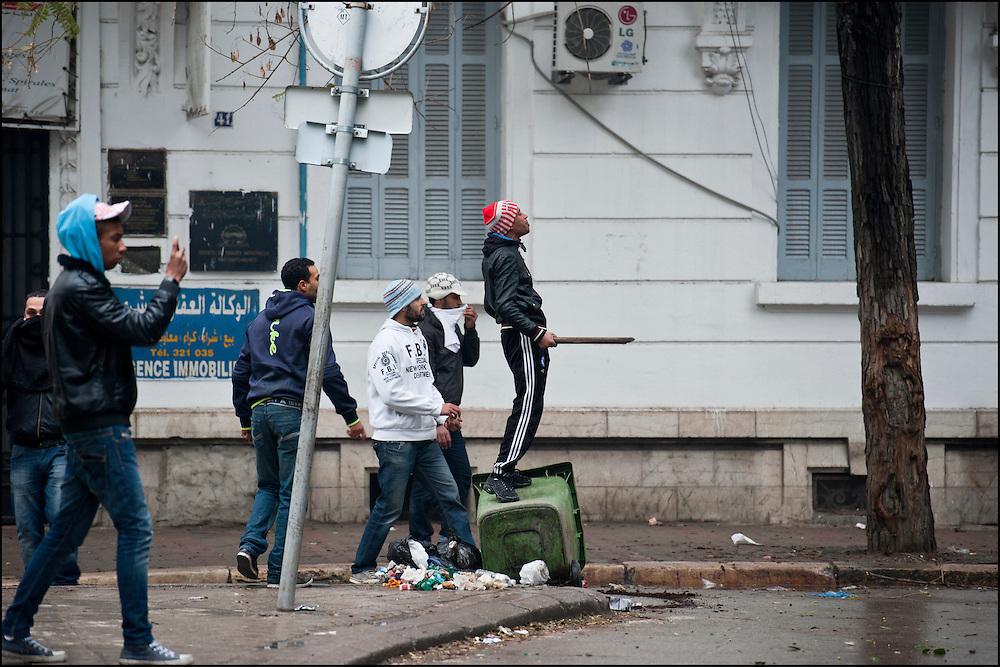 Des manifestants rue Abdennasser dans le centre de Tunis lors d'affrontements avec les forces de police. // Des affrontements entre la police et les manifestants ont éclaté dans le centre de Tunis, notamment avenue Habib Bourguiba, faisant (selon Associated Press) 3 morts (prétendument par balle) et 12 blessés parmi les manifestants, Tunis le 26 février 2011.