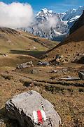 Foto von Rot-Weiss markierte Bergweg mit im Hintergrund die Jungfrau