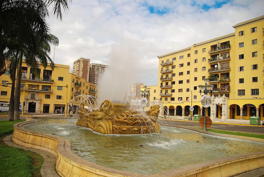 PLAZA O'LEARY<br /> Caracas - Venezuela 2008<br /> Photography by Aaron Sosa<br /> <br /> La Plaza O'Leary es un espacio p&uacute;blico de Caracas, Venezuela ubicado en el casco central de esa ciudad en la Reurbanizaci&oacute;n El Silencio de la Parroquia Catedral del Municipio Libertador. Se encuentra entre las avenidas Bol&iacute;var, Sucre y San Mart&iacute;n punto conocido como la &quot;Y&quot;. Su nombre se lo debe al irland&eacute;s Daniel Florencio O'Leary quien luch&oacute; en el ej&eacute;rcito independentista venezolano junto a Sim&oacute;n Bol&iacute;var, Antonio Jos&eacute; de Sucre y Jos&eacute; Antonio P&aacute;ez.<br /> La construcci&oacute;n de la plaza fue ordenada por el presidente de la Rep&uacute;blica Isa&iacute;as Medina Angarita al arquitecto Carlos Ra&uacute;l Villanueva como parte del proyecto de la Reurbanizaci&oacute;n El Silencio, Villanueva busc&oacute; la colaboraci&oacute;n de Francisco Narv&aacute;ez para las esculturas de la plaza, &eacute;ste se encarg&oacute; de las esculturas identificativas de las dos fuentes de la plaza conocidas como &quot;Las Toninas&quot;. En 1945 es inaugurada bajo el nombre de Plaza General Rafael Urdaneta, sin embargo, en 1952 se erigi&oacute; la Plaza Urdaneta en su honor, por lo que se design&oacute; a la plaza de El Silencio como Plaza O'Leary.<br /> En 1987 producto de la construcci&oacute;n de la L&iacute;nea 2 del Metro de Caracas la plaza fue dividida en dos, pero en la d&eacute;cada de los noventa las cr&iacute;ticas hicieron que se devolviera el trazado original de la plaza. En 2006 la Alcald&iacute;a de Libertador emprendi&oacute; obras de remodelaci&oacute;n y restauraci&oacute;n de las obras y jardines del &aacute;rea. A mediados de 2008 se plante&oacute; la posibilidad de conectar por medio de un boulevard la Plaza O'Leary con el Parque Los Caobos pasando por la actual avenida Bol&iacute;var que pasar&iacute;a a ser subterr&aacute;nea.