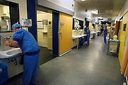 Nederland, Nijmegen, 19-6-2006Mederwerkers van het centraal ok complex van het umc radboud wassen hun armen en handen ter ontsmetting, als voorbereiding op een operatie in een operatiekamer van het UMCN radboud. Foto: Flip Franssen