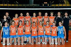 30-10-2011 VOLLEYBAL: NEDERLAND - BELGIE: ZWOLLE <br /> Nederland wint de tweede oefenwedstrijd met 3-2 van Belgie / Teamfoto met Interim headcoach Bert Goedkoop<br /> ©2011-WWW.FOTOHOOGENDOORN.NL