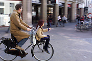 Een man fietst met zijn dochter voorop door Utrecht.<br /> <br /> A man is cycling with his daughter at the front in Utrecht.