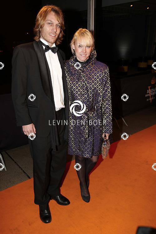 KATWIJK - Wende Snijder en partner Rene Sommer zaterdag op de oranje loper van de galapremiere van Soldaat van Oranje - de Musical in de Theater Hangaar op de oude vliegbasis Valkenburg bij Katwijk. FOTO LEVIN DEN BOER - PERSFOTO.NU