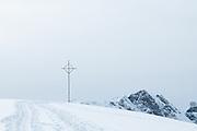 Melchsee-Frutt  schneebedecktes Erzegg mit Gipfelkreuz