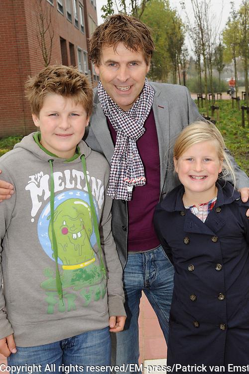 Lancering Anubis Reality Cards in de EM-TE Supermarkt in Nieuwegein.<br /> <br /> Op de foto:  Toine van Peperstraten met zijn zoon en dochter