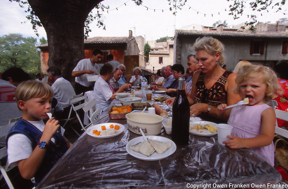 Manui, Tunui, Annemiek at a meal in Provence
