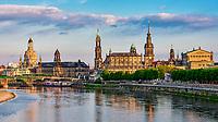 Skyline von Dresden mit Augustusbrücke, Frauenkirche, Schloss, Hofkirche und Semperoper.