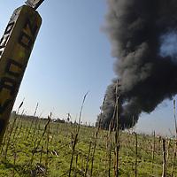 Toluca, México.- (Junio 05, 2018).- Durante la madrugada de este martes se registro la explosión de una toma clandestina en los ductos de PEMEX, un camión quedo calcinado en el lugar, en donde presumiblemente se transportaba el combustible robado, bomberos de Toluca trabajaron por mas de 5 horas para sofocar el fuego, el incidente se registro en la comunidad de San Carlos Autopan. Agencia MVT / Crisanta Espinosa.