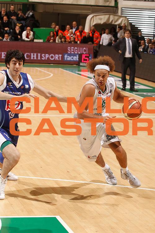 DESCRIZIONE : Siena Lega A 2011-12 Montepaschi Siena Bennet Cantu<br /> GIOCATORE : Shaun Stonerook<br /> CATEGORIA : palleggio<br /> SQUADRA : Montepaschi Siena<br /> EVENTO : Campionato Lega A 2011-2012<br /> GARA : Montepaschi Siena Bennet Cantu<br /> DATA : 04/12/2011<br /> SPORT : Pallacanestro<br /> AUTORE : Agenzia Ciamillo-Castoria/P.Lazzeroni<br /> Galleria : Lega Basket A 2011-2012<br /> Fotonotizia : Siena Lega A 2011-12 Montepaschi Siena Bennet Cantu<br /> Predefinita :