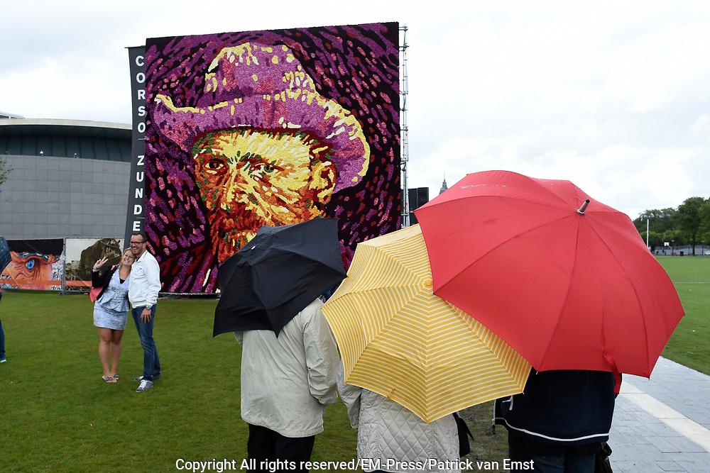 Een tableau met een zelfportret van Vincent van Gogh samengesteld uit 50.000 dahlias op het Museumplein. Het tableau is gemaakt door corsobouwers uit Zundert, de geboorteplaats van Van Gogh.<br /> <br /> A tableau with a self-portrait of Vincent van Gogh composed of 50,000 dahlias at Museumplein. The tableau was created by builders from corso Zundert, the birthplace of Van Gogh.