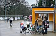 Nederland, the Netherlands, Nijmegen, 10-2-2016Kamp, tentenkamp Heumensoord, de tijdelijke noodopvang, azc, van het COA. Plaats voor 3000 asielzoekers. Rapport van de Ombudsman kwalificeert de opvang als inhumaan, een inhumane opvang. Vrijwilligers die zich met dagbesteding bezighouden melden zich bij de ingang van het kamp. De verveling onder de bewoners is groot.FOTO: FLIP FRANSSEN