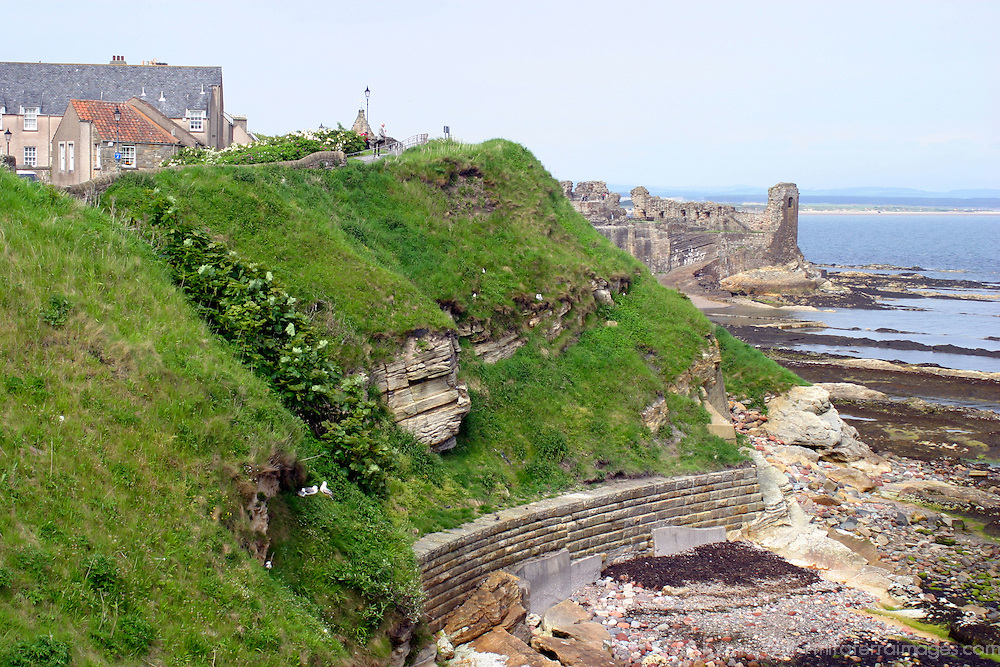 Europe, Great Britain, United Kingdom, Scotland, St. Andrews. St. Andrews Castle and coastline.