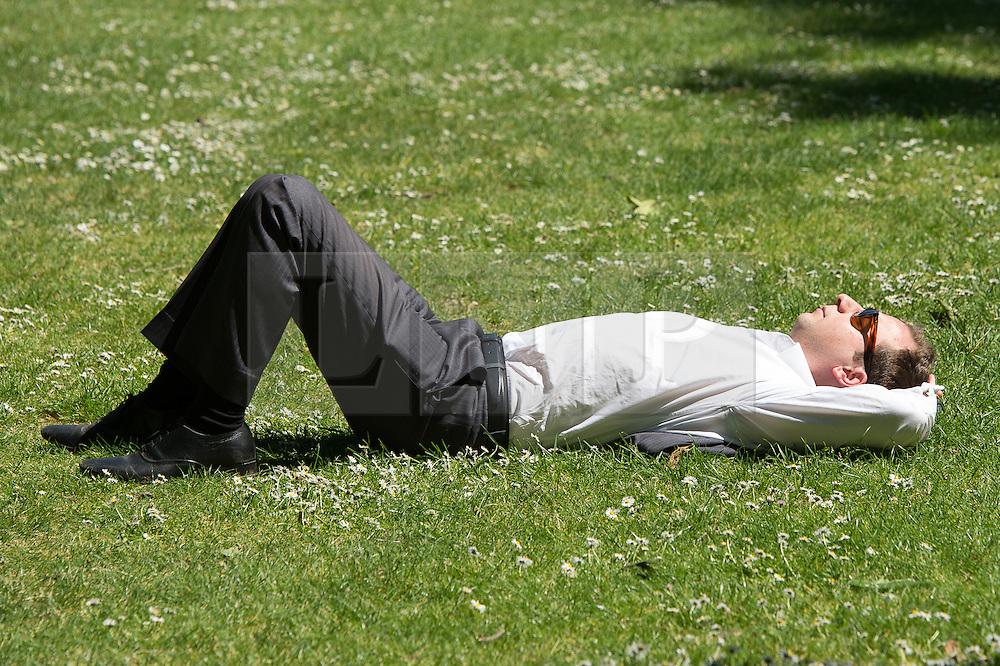 © London News Pictures. 27/05/15. London, UK. Londoners enjoy the summer sunshine in St James's Park, Central London. Photo credit: Laura Lean/LNP