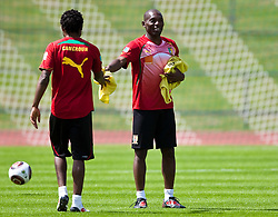 21.05.2010, Dolomitenstadion, Lienz, AUT, WM Vorbereitung, Kamerun Training im Bild Geremi Njitap, Abwehr, Nationalteam Kamerun (Ankaragücü) als Zeugwart, EXPA Pictures © 2010, PhotoCredit: EXPA/ J. Feichter / SPORTIDA PHOTO AGENCY