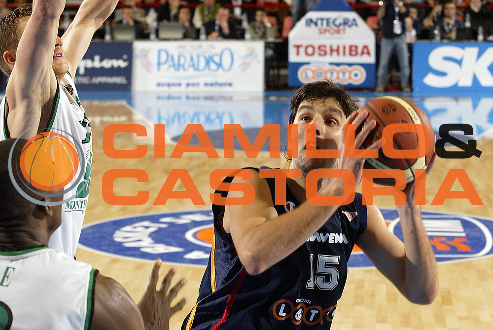 DESCRIZIONE : Forli Lega A1 2005-06 Copps Italia Final Eight Tim Cup Montepaschi Siena Lottomatica Virtus Roma<br /> GIOCATORE : Bodiroga<br /> SQUADRA : Lottomatica Virtus Roma<br /> EVENTO : Campionato Lega A1 2005-2006 Coppa Italia Final Eight Tim Cup Semi Finale<br /> GARA : Montepaschi Siena Lottomatica Virtus Roma<br /> DATA : 18/02/2006<br /> CATEGORIA : Tiro<br /> SPORT : Pallacanestro<br /> AUTORE : Agenzia Ciamillo-Castoria/E.Pozzo