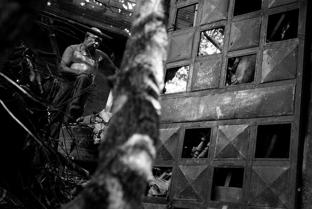 """APUNTES SOBRE MI VIDA: LA PASTORA I - 2009/10<br /> Photography by Aaron Sosa<br /> Jesus Montilla """"Gorilon"""". Hermano de Aida, Irma y Carmen Montilla. Jesus es el padre de Eigni.<br /> La Pastora, Caracas - Venezuela 2009<br /> (Copyright © Aaron Sosa)"""