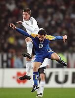 Fussball      EM Qualifikation    17.11.07 Deutschland - Zypern Lukas PODOLSKI (oben, GER) im Zweikampf mit Constantinos CHARALAMBIDES (oben, ZYP).