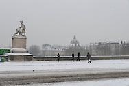 France. Paris. 5th district. Caroussel bridge on the seine river going to the Louvre museum. at sunset / pont du caroussel au coucher du soleil