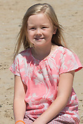 Koning Willem-Alexander en koningin Maxima poseren samen met de prinsesjes Ariane, Amalia en Alexia tijdens de jaarlijkse fotosessie op het strand bij het natuurgebied Meijendel in Wassenaar. <br /> <br /> King Willem-Alexander and Queen Maxima posing together with the princesses Ariane, Amalia and Alexia at the annual photo session on the beach at the nature Meijendel in Wassenaar.<br /> <br /> Op de foto / On the photo: prinses Ariane