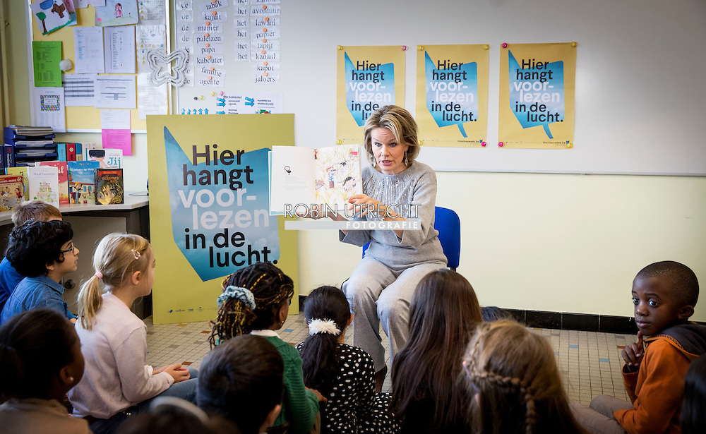 ASSE - Mathilde Queen participates in the Reading Week Everybody Reads non-profit organization, with emphasis on children and young people with reading difficulties. After a reading time with children from the Free Primary School Small World Asse, a roundtable will be organized with authors, experts and volunteers around the theme. During this edition of the Reading Week is also a collaboration of groups Reads association with the Luisterpuntbibliotheek under the Silence Silence Festival in Brussels, focusing on blind children and luisterboeken.ASSE - Belgian Queen Mathilde Tuesday morning visited elementary Small world in Asse. Since reading of King Philip's wife for a class. Mathilde hit an open book in the context of the Reading Week. Organizer Everyone wants to read this week every year to emphasize the importance of reading. Extra attention will be paid this year to children and young people with reading difficulties. After the reading, the Belgian queen sheaf also at a roundtable. There they talked to authors, experts and volunteers to children who have difficulty reading.<br /> Mathilde has been working for years during Reading Week. Last year, she would actually go read in a library in Laren. Because of the terrorist threat, however, was canceled this. Then the queen invited a group of children from getting to the royal palace in Brussels komen.COPYRIGHT ROBIN UTRECHT<br />  <br /> ASSE - Koningin Mathilde neemt deel aan de Voorleesweek van Iedereen Leest vzw, waarbij aandacht wordt besteed aan kinderen en jongeren met leesmoeilijkheden. Na een voorleesmoment met kinderen uit de Vrije Lagere School de Kleine Wereld te Asse, wordt een rondetafelgesprek georganiseerd met auteurs, deskundigen en vrijwilligers rond het thema. Tijdens deze editie van de Voorleesweek is er eveneens een samenwerking van Iedereen Leest vzw met de Luisterpuntbibliotheek in het kader van het Zwijgstilfestival in Brussel, met focus op blinde kinderen en luisterboeken.ASSE &ndash; De Belgische koningin Mathi
