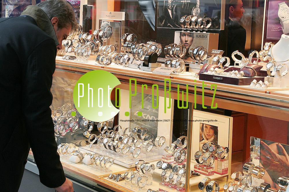 Mannheim. Innenstadt. Planken und Breite Stra&szlig;e. Einkaufen in der Citiy. An den vorweihnachtlichen Wochenenden ist die Stadt beliebtes Ziel f&uuml;r die Geschenke.<br /> <br /> Bild: Markus Pro&szlig;witz<br /> ++++ Archivbilder und weitere Motive finden Sie auch in unserem OnlineArchiv. www.masterpress.org ++++