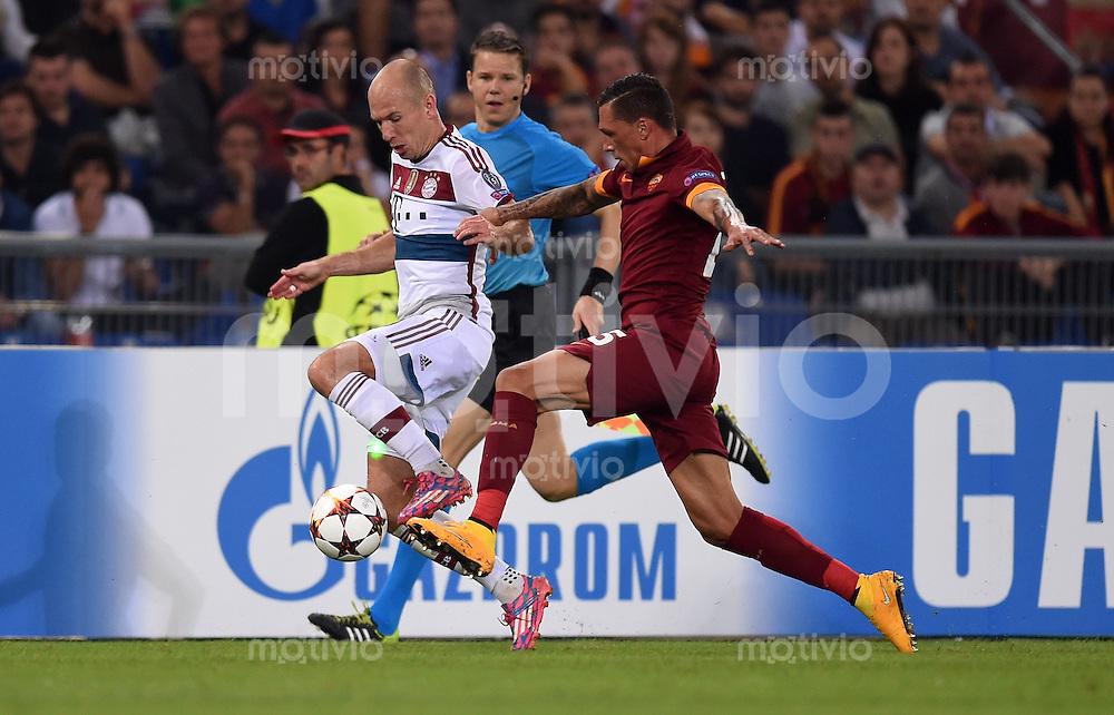 FUSSBALL   CHAMPIONS LEAGUE   SAISON 2014/2015   Vorrunde AS Rom - FC Bayern Muenchen        21.10.2014 Arjen Robben (li, FC Bayern Muenchen) gegen Jose Holebas (re, AS Rom)