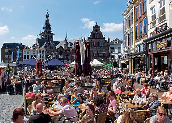 Nederland, Nijmegen, 31-5-2014Mensen zitten in de zon op een zonnige dag op een terras aan de Grote Markt, het oude en historische centrum van de stad.Foto: Flip Franssen/Hollandse Hoogte