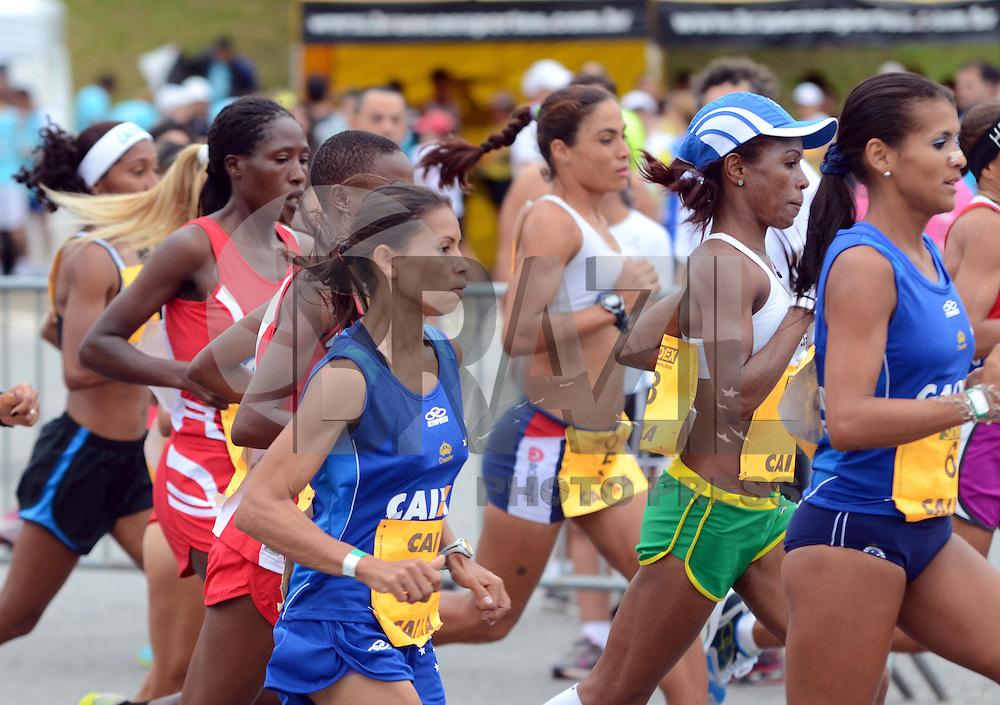 SAO PAULO, SP, 17 MARCO 2013 -   Atletas durante  a 7 Meia Maratona internacional  de Sao Paulo realizada neste domingo 17 com largada no estadio do Pacaembu. (FOTO: ALAN MORICI / BRAZIL PHOTO PRESS).
