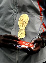 15-10-2006 ATLETIEK: MARATHON AMSTERDAM: AMSTERDAM<br /> Record aantal deelnemers aan de Amsterdamse Marathon , award gouden zool 1 ste prijs<br /> ©2006: WWW.FOTOHOOGENDOORN.NL