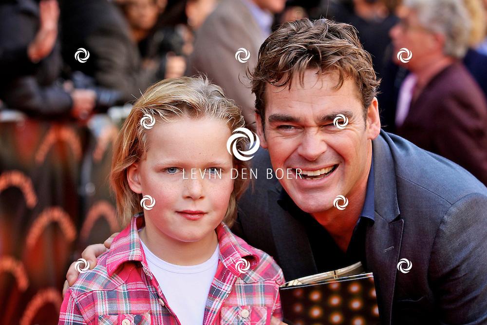 AMSTERDAM - In de LaMar theater is de premiere van Andre van Duin.  Met op de foto Jeroen van der Boom met zoon Daan. FOTO LEVIN DEN BOER - PERSFOTO.NU