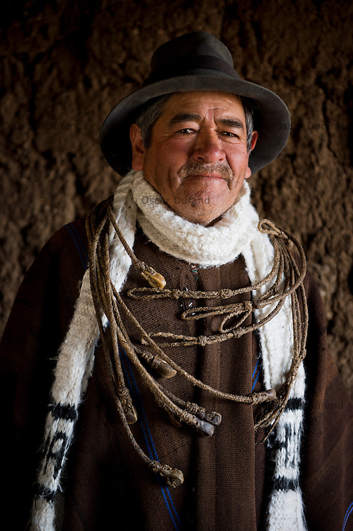 Marcelino Quicaño, 69, posa para una fotografía con cocobolos que el mismo fabrica, en Pampa Cangallo, Morochuco, Ayacucho.