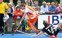 UTRECHT - Bob de Voogd van Oranje passeert de Duitser Jan Philipp Rabente , zaterdag tijdens de  hockey interland tussen de mannen van Nederland en Duitsland (4-2). COPYRIGHT KOEN SUYK