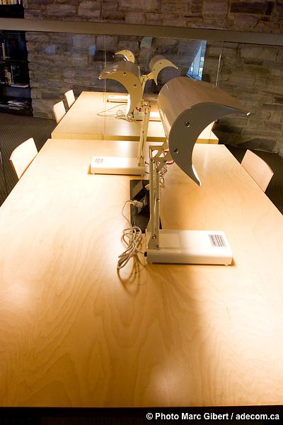 Bibliothèque de Charlesbourg, des architectes Marie-Chantale Croft et Éric Pelletier. Bâtiment durable, efficacité énergétique basée sur la géothermie et le plus grand toit végétal au Québec (1830 mètres carrés), 7950, 1re Avenue, Québec, Canada, 2007, 09, 13, © Photo Marc Gibert / adecom.ca