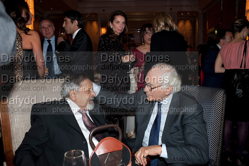 SIR V.S. NAIPAUL; SIR EVELYN DE ROTHSCHILD, Ella Krasner and Pablo Ganguli host a Liberatum dinner in honour of Sir V.S.Naipaul. The Landau at the Langham. London. 23 November 2010. -DO NOT ARCHIVE-© Copyright Photograph by Dafydd Jones. 248 Clapham Rd. London SW9 0PZ. Tel 0207 820 0771. www.dafjones.com.